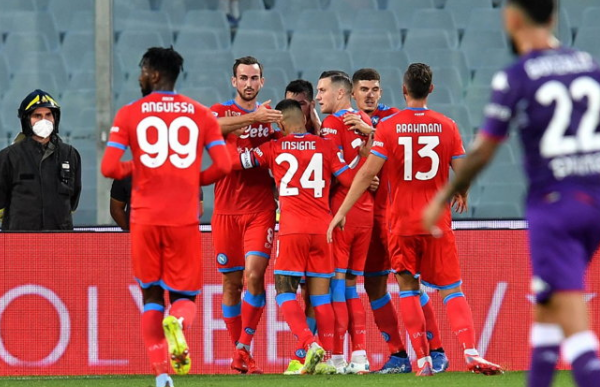Napoli defeated Fiorentina 2-1 to hold top of the Serie A crowd